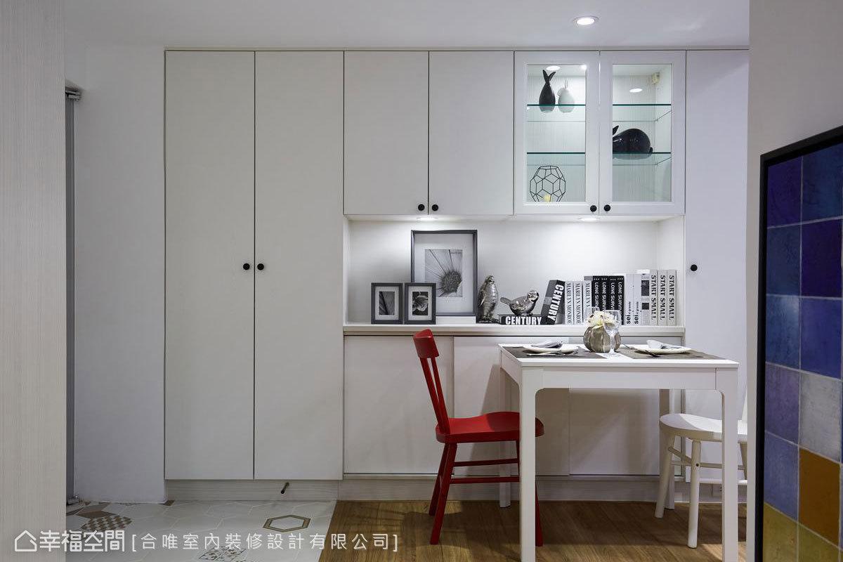 方入門便是簡約的餐桌區,設計師吳樂琦透過地磚、木地板等不同地坪材質作為無形的空間分界。