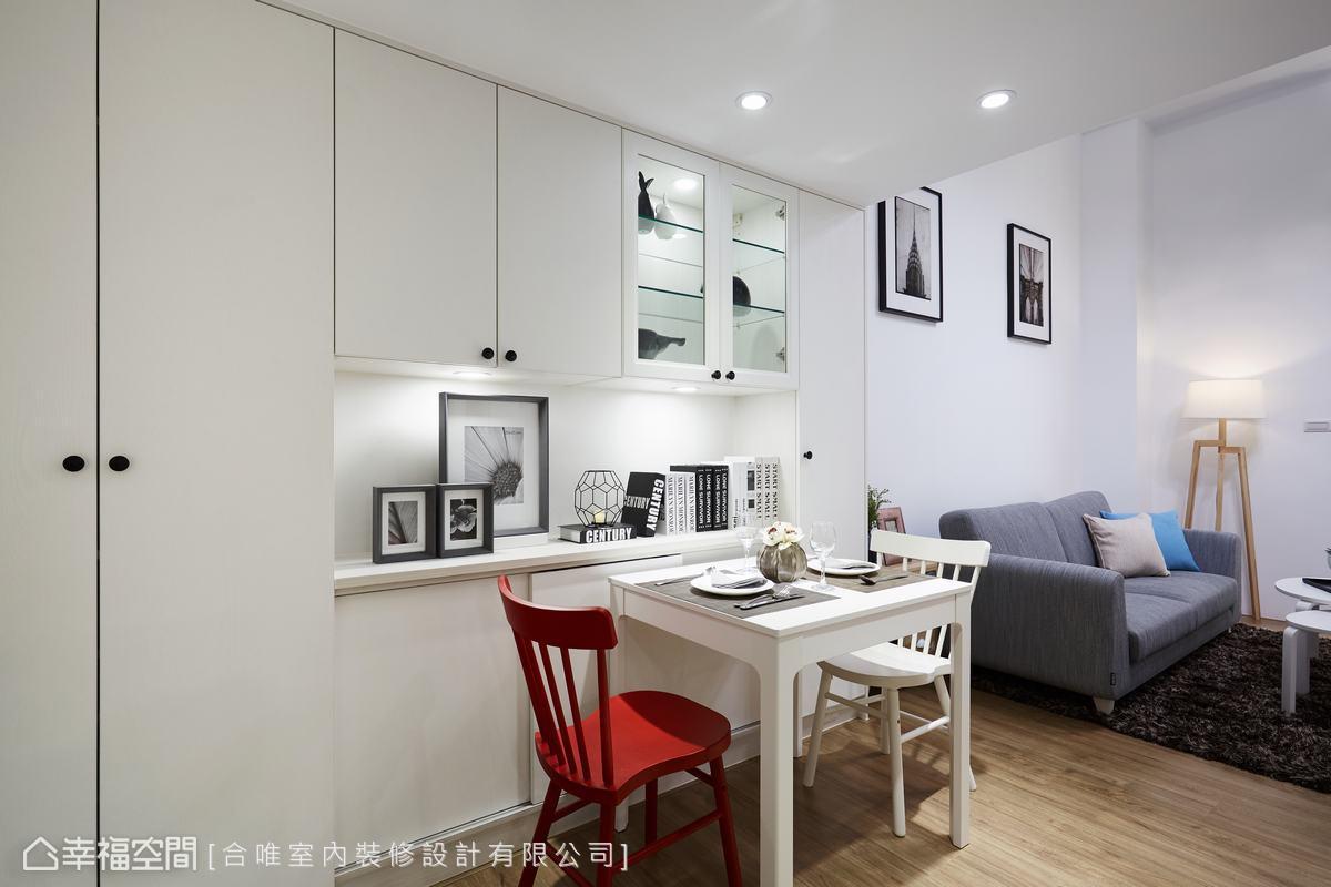 左側牆面設置了居家之中所需的收納櫃與展示櫃等,兼備了日常生活的實用性。