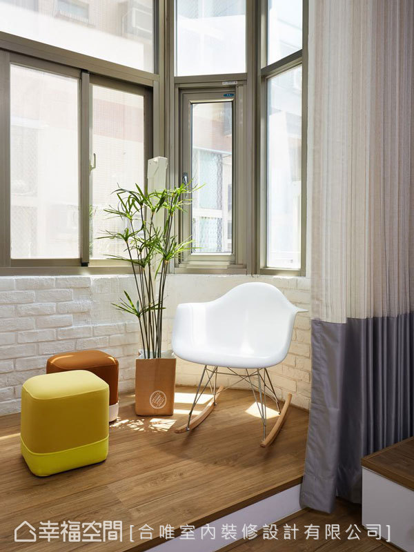 日光平台上擺放著注重舒適感的家具選材與樹木植栽,化作一處放鬆發呆的絕佳角落。