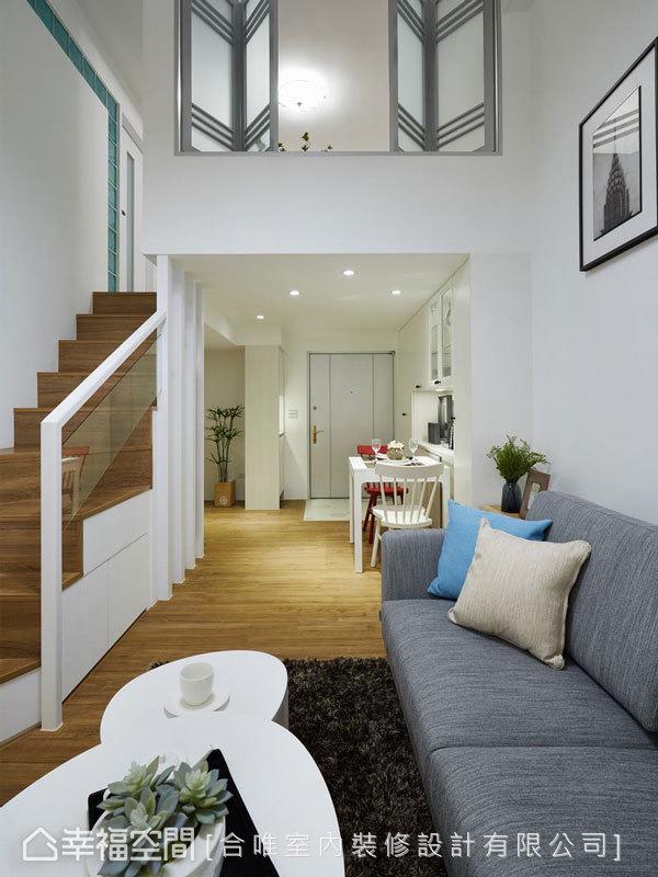 設計師靈活微調舊屋細部,替居家帶來嶄新感受。如上層的折疊窗便是運用原有素材加以刷新改造的成果。
