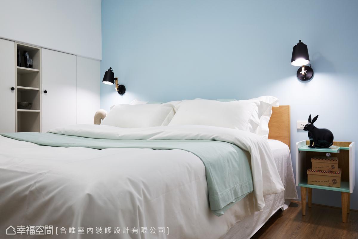 此間臥房則以淺藍色調為主軸,同樣運用北歐風格的家具,呈現與主空間一致的清新調性。