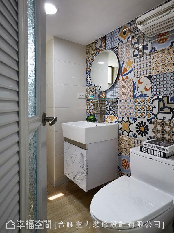 來到衛浴空間,目光立刻會被牆面上的色調活潑可愛的花磚壁飾所吸引。