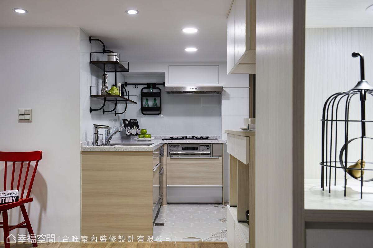 轉角處內的廚房麻雀雖小五臟俱全,並且一樣採用淺色木作延續整體空間風格。