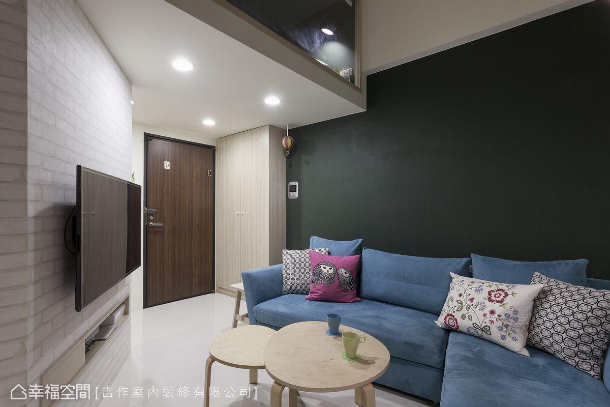 玄關利用門後的畸零空間配置一道收納櫃,專門收納屋主的包包、雨傘、外套等外出配件。