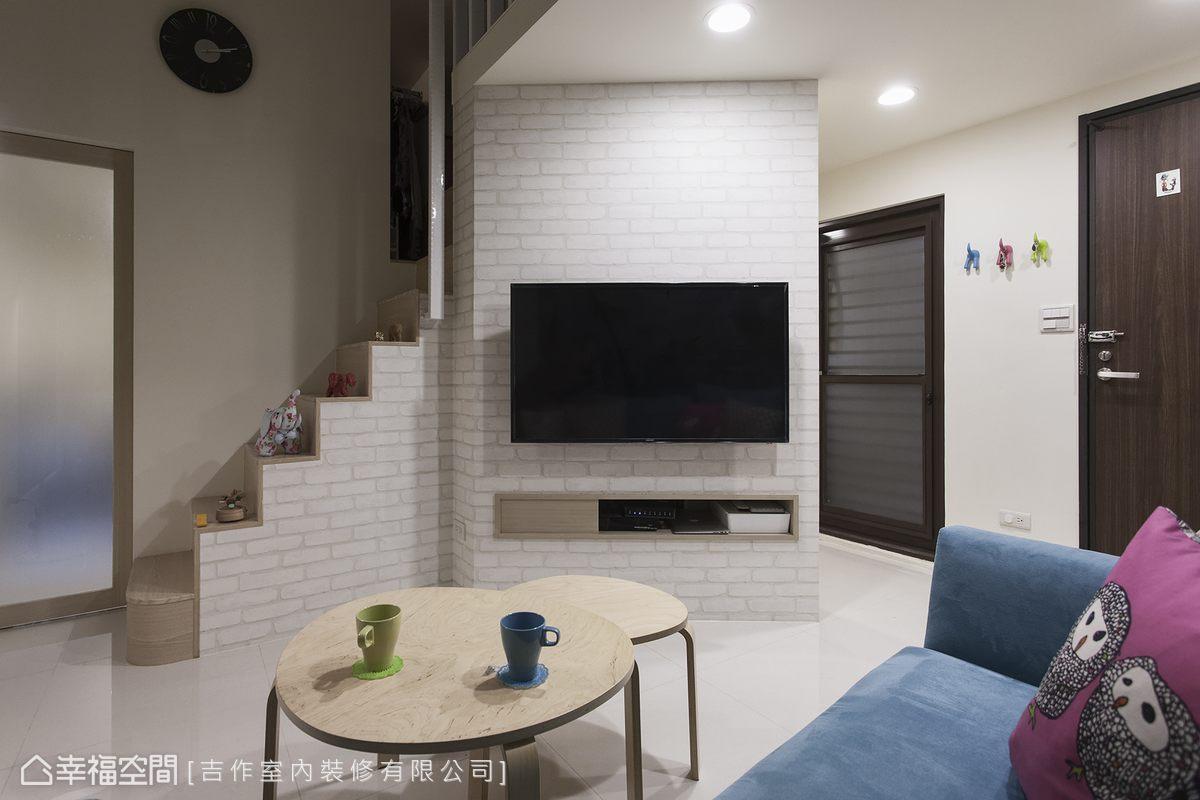 原先與玄關門扇垂直的電視主牆侷限了沙發的尺寸,改以斜向設計後,客廳有了更寬裕的尺度,在沙發上也不再直視衛浴。