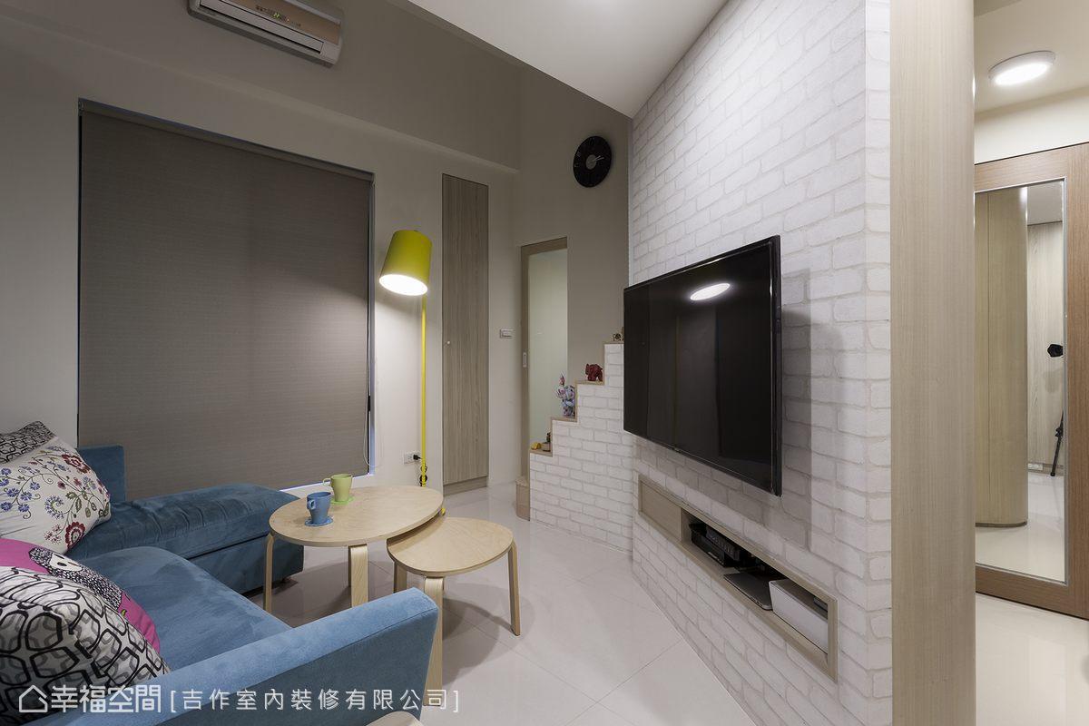 斜向的主牆讓空間感擴大,劉嘉雯設計師將機櫃機能藏入後方收納櫃,讓整體動線更為寬敞。