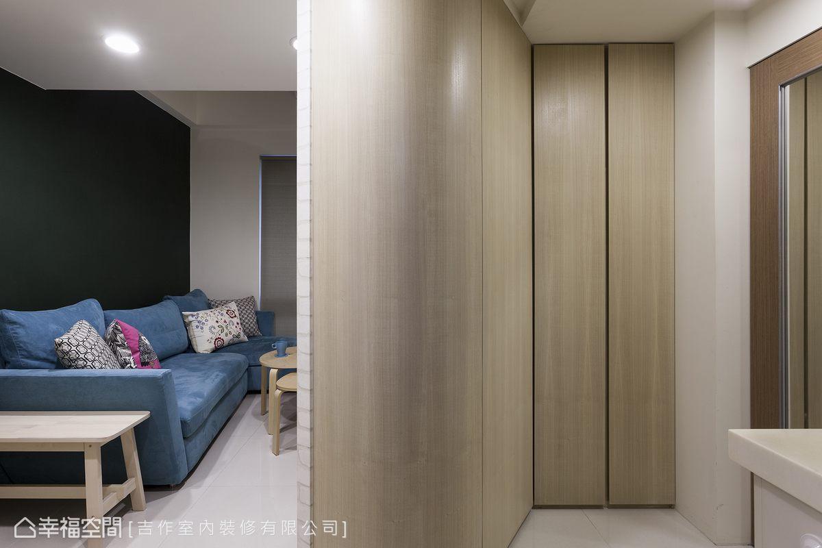 主牆改向後,吉作室內裝修沒有放過後方的收納機能,整面的收納櫃有一個完整的鞋櫃、備品收納櫃、外出衣櫃。