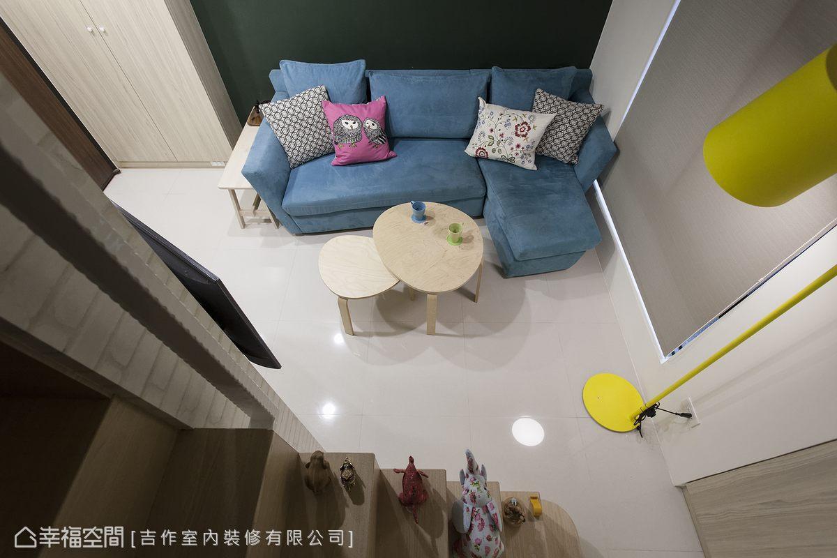 原格局中的階梯造成空間的壓迫感,再評估屋主的實際需求後,劉嘉雯設計師縮減樓梯寬度,省去扶手設計,讓樓梯成為展示機能的一環,空間更顯寬敞。