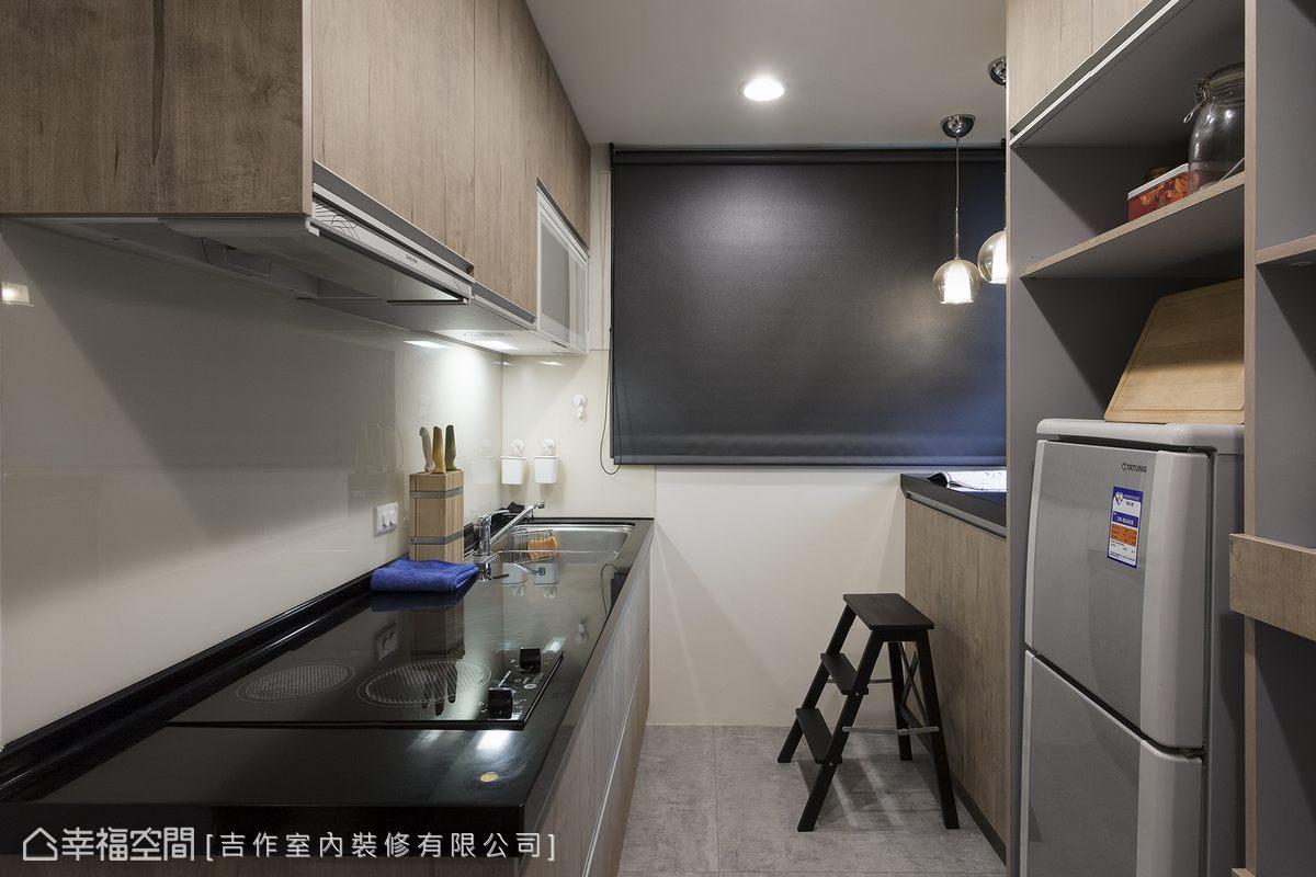 機能完整的廚房是特意為喜愛下廚的屋主打造,11字型的機能配置,電器櫃機能俱全,是小坪數難得的完整廚房。