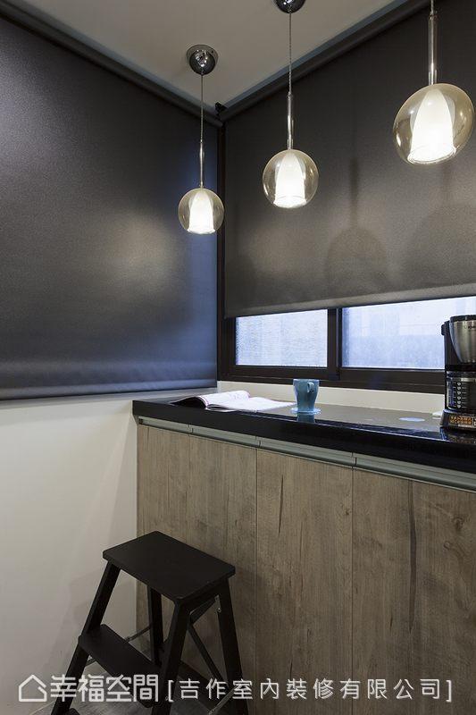 考慮到沒有餐桌,劉嘉雯設計師還在廚房有採光的角落,增加了一處可供閱讀、用餐的舒適檯面。