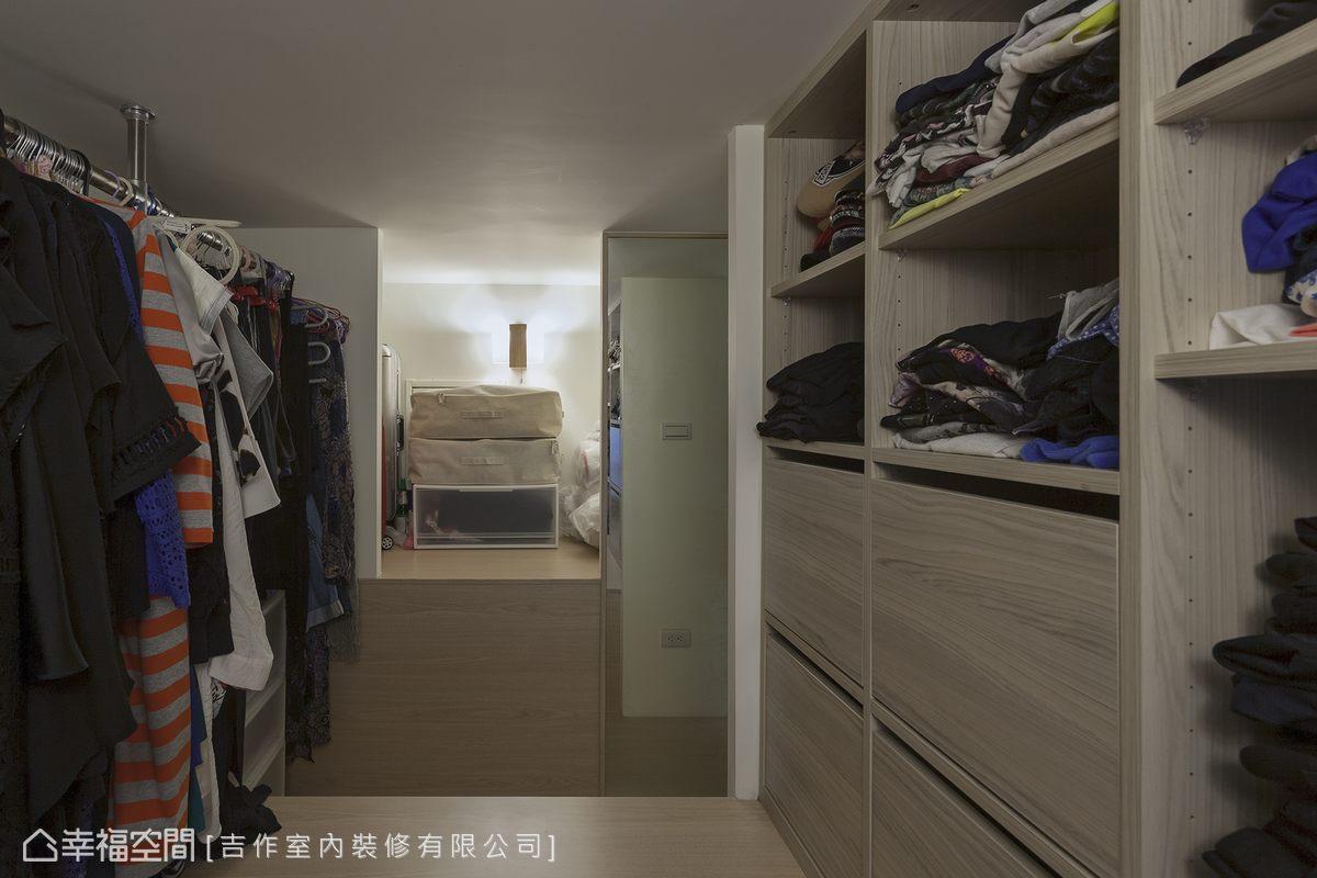 在無法直立的夾層空間中,吉作室內裝修巧妙利用登上夾層的梯間轉折,創造出一間可站立更衣的更衣空間,浴廁上方的閒置空間也成為放置行李箱的儲藏室。