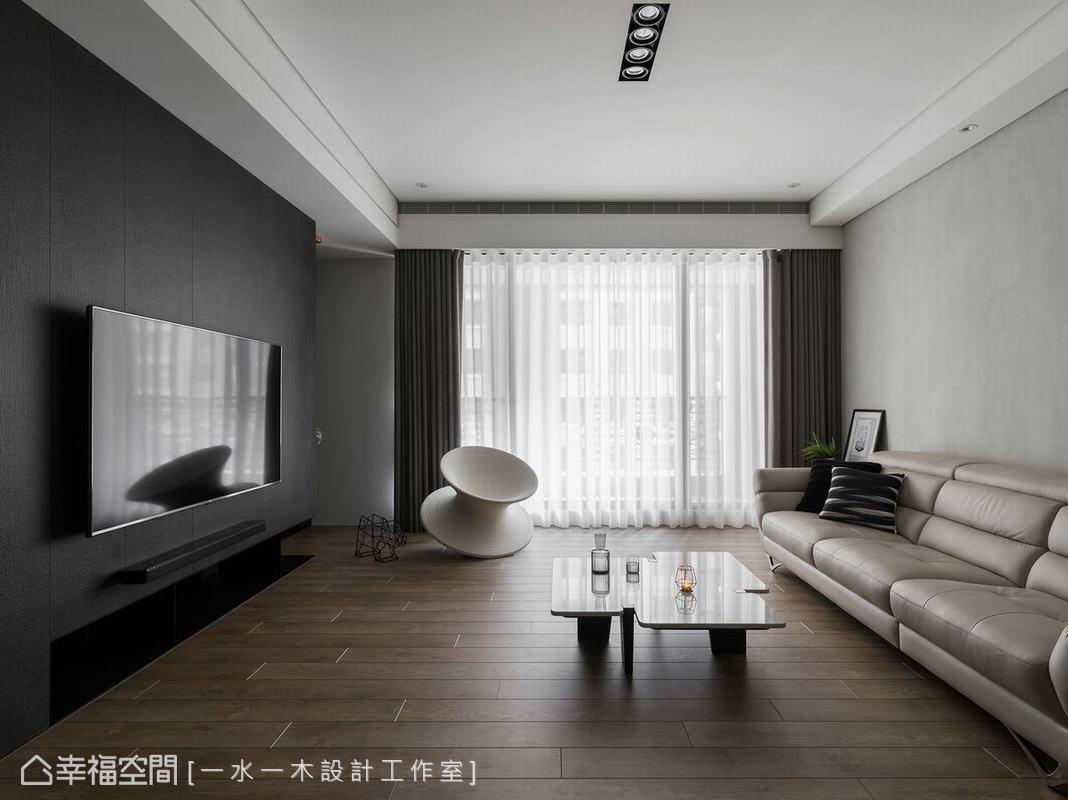 由於橫樑量體較大,為空間帶來壓迫感,經過「一水一木設計工作室」調整格局後,客廳空間完整且無阻礙。