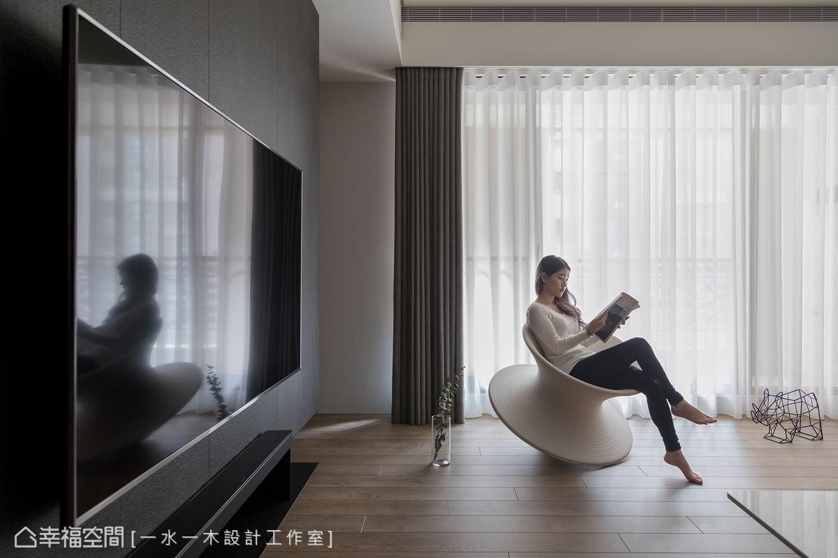 謝松諺設計師以中性調黑灰白三色為主,搭配溫潤木紋奠定整體空間基調,沒有過多裝飾的現代簡約風格素雅又迷人。