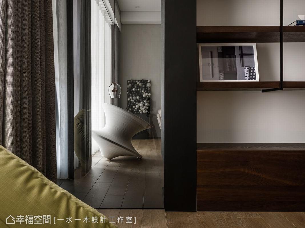 客廳與多功能空間中間設計一部份玻璃隔間,除了讓空間感更加延伸,同時也提供兩邊空間更多自然光源。