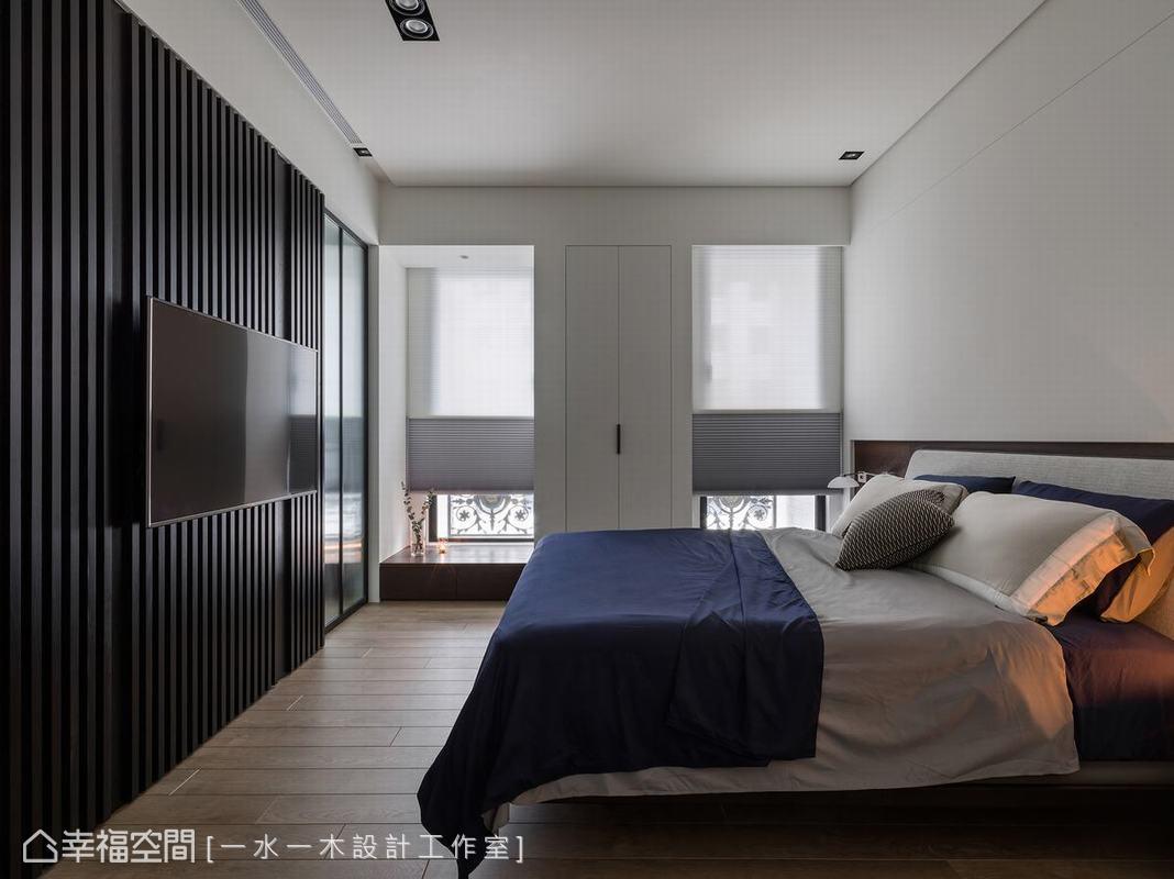 透過臥榻及收納櫃的設計,將原來較為曲折的牆面調整至方正齊整,增加了主臥室豐富性的同時,也讓視覺感受更簡單。