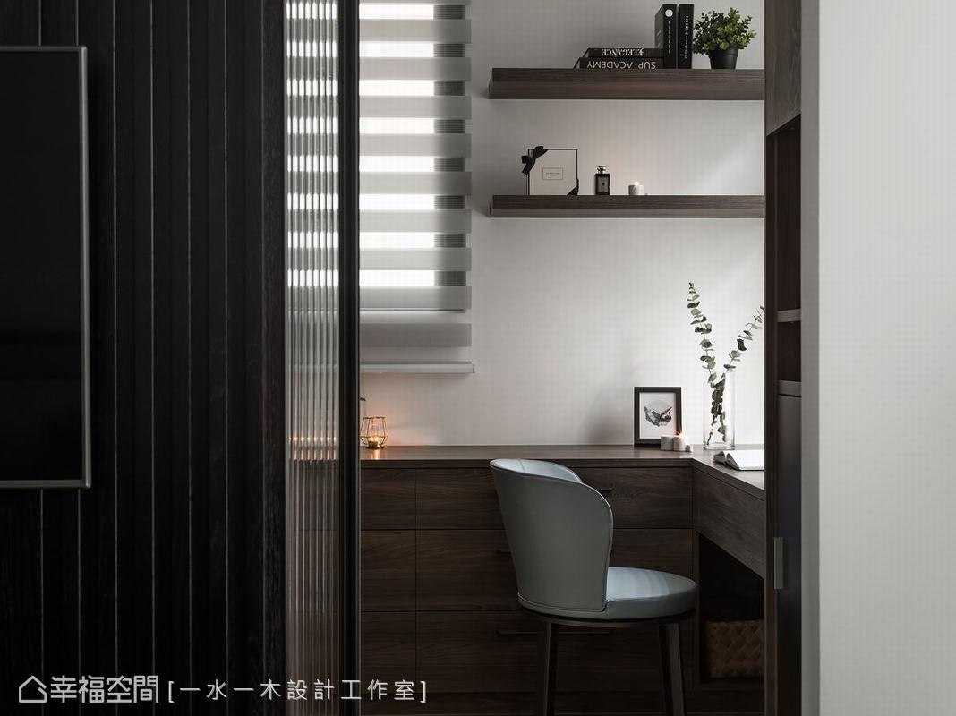 更衣室採玻璃拉門設計,保留主臥室充沛採光條件,特別挑選直條紋樣玻璃,與一旁格柵電視牆相呼應。