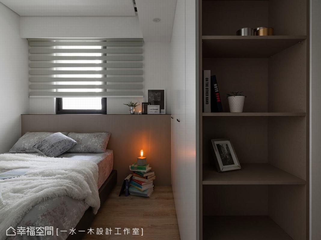 功能完整的孝親房設計了充足的收納空間,除了密閉櫃體外,面對房門一側特別規劃成開放式層架,可擺放裝飾性物品。