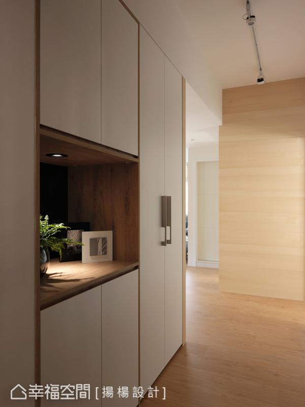 推開門扉,清新的木質芬芳中蘊含著設計哲思,左側收納櫃體規劃一區置物平台,讓生活機能更加豐富。