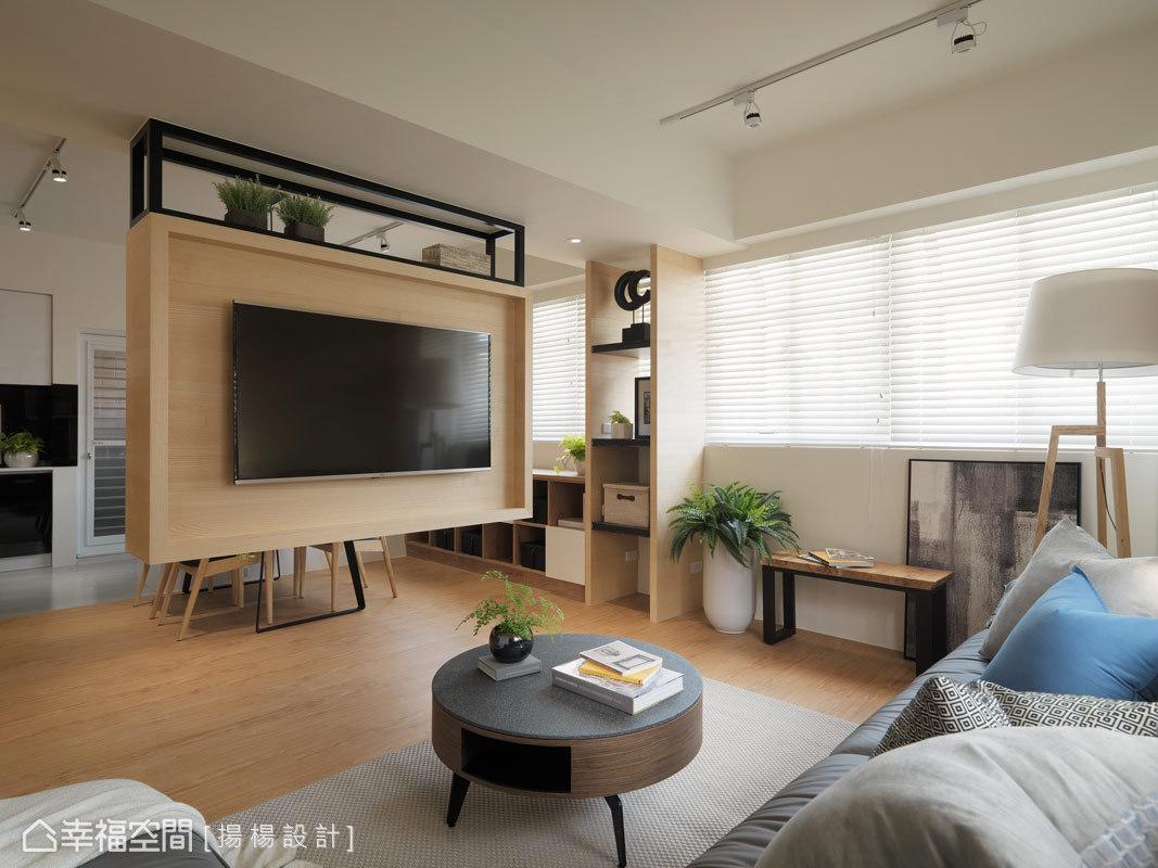 格局調整後,設計師楊政翰、范揚彥將客廳與餐廳構築在同一條軸線;右側大面開窗也透過百葉篩下的光束,呈現透亮又清透的居家面貌。