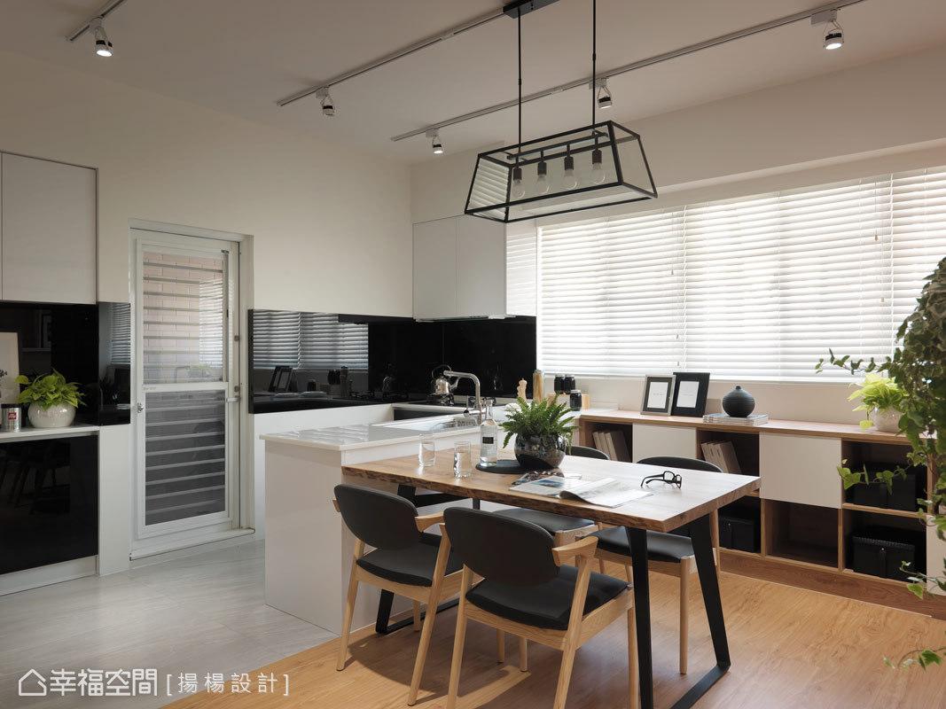 揚楊設計將原為封閉的廚房打開,以異質地坪劃分與餐廳的機能,並使用結晶鋼烤櫥櫃與人造石檯面,增加穿透感與易清潔性。