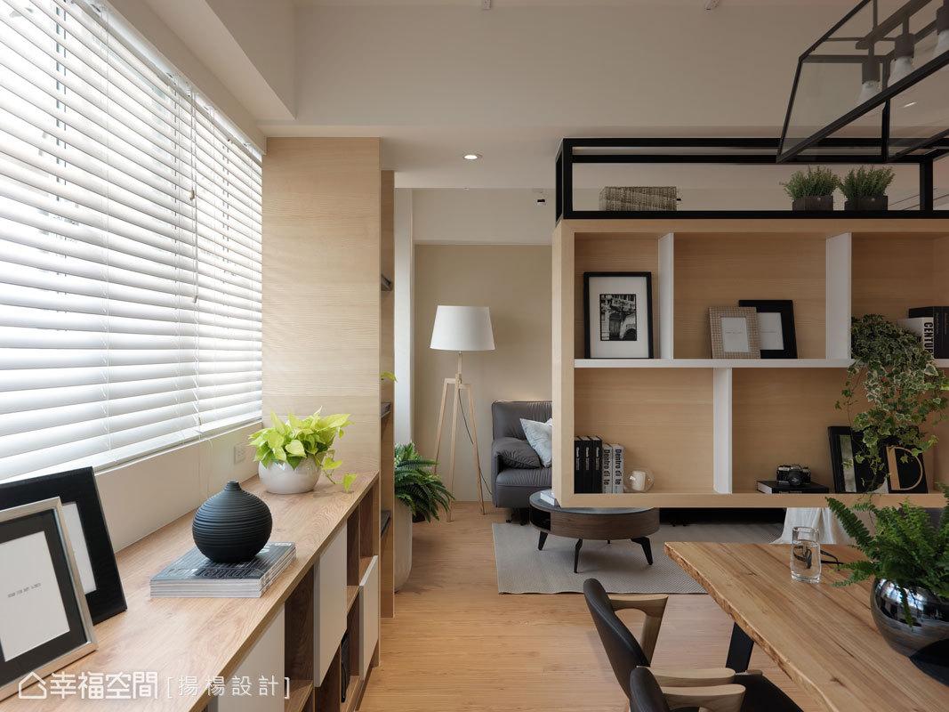 窗下位置,設計師楊政翰、范揚彥特別規劃了一道收納櫃,以虛實的造型、用櫃面及開放層板的方式,呈現更豐富多元的樣貌。