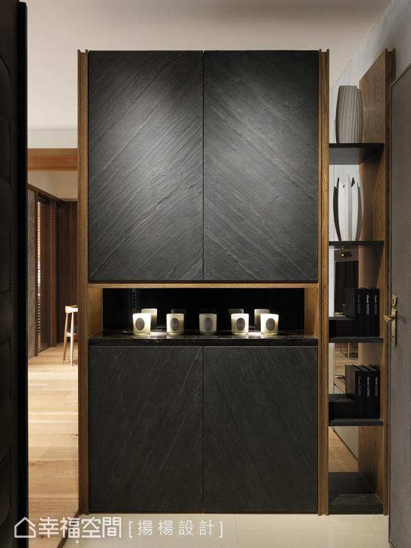 來到內部,玄鐵黑石物端景牆兼具視覺焦點與置物平台,右側展示層板更具穿透效果,增添視覺層次感。