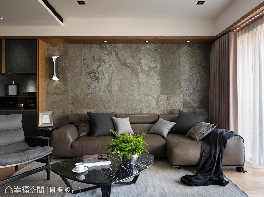 在客廳展現上,沙發主牆以帥銀石物面板鋪述出質樸況味,佐上自然的光線渲染,讓空間散發大器與優雅氣息。