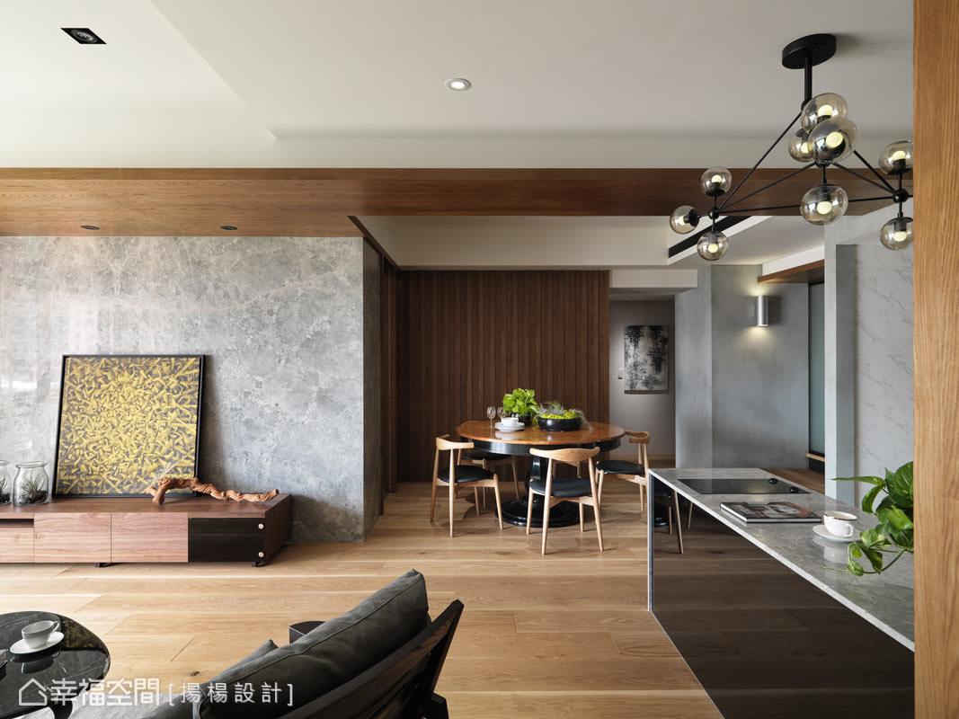 揚楊設計為本案建構出寬敞的公共空間,從玄關入內後,串聯客廳、餐廳與廚房各區,營造寬廣的視覺尺度。