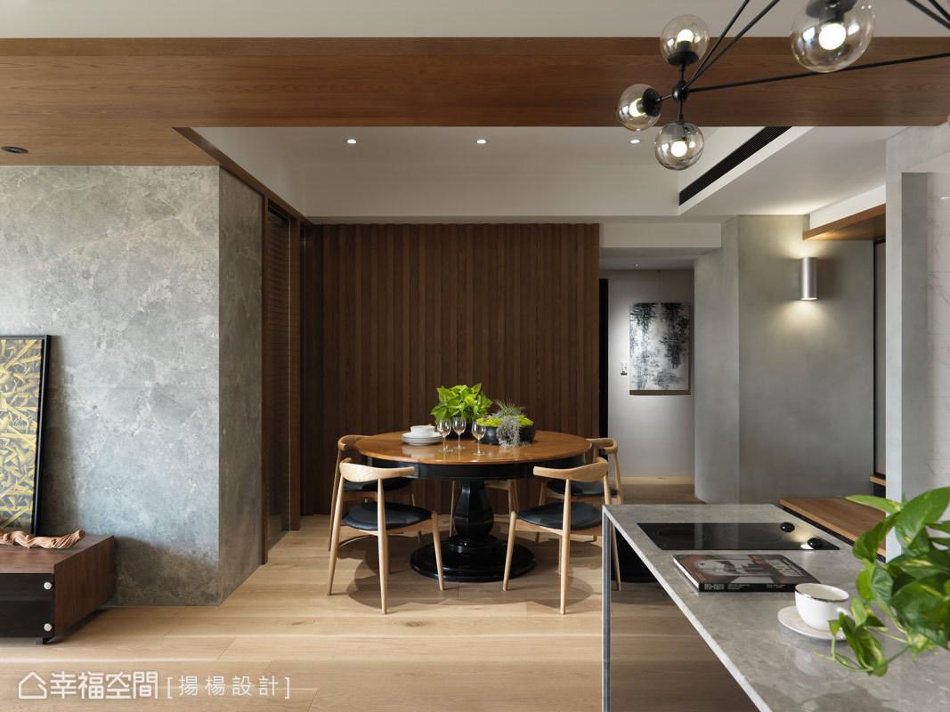 揚楊設計在餐廳設計上,以實木格柵造型為主牆,溫潤氛圍是協調的吐吶與對話,其複合性與包容性,讓屋主一家享受慢活步調。