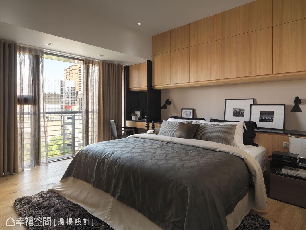 為圍塑公共空間一貫的溫暖調性,主臥房同樣以木質元素鋪述,加上垂直與水平的線條表現,呈現乾淨俐落的整體感。