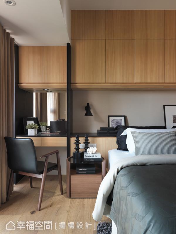 充分利用樑下空間,整合了化妝台與床頭的機能,讓屋主使用上更加順暢與便利。
