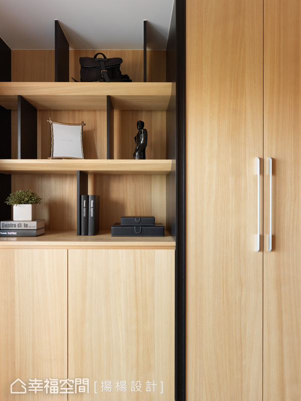 櫃面式與開放層板的櫃體規劃,完美符合屋主收納上與展示上的需求。
