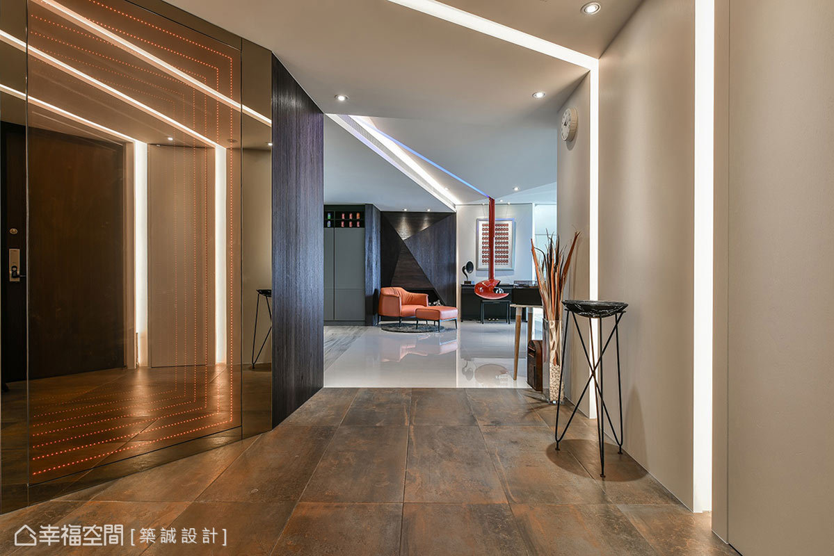 地板鋪上仿金屬鏽蝕磁磚,與室內產生區隔形成界定;燈帶從立面爬上天花造型像閃電,搭配茶鏡折射營造時光隧道。