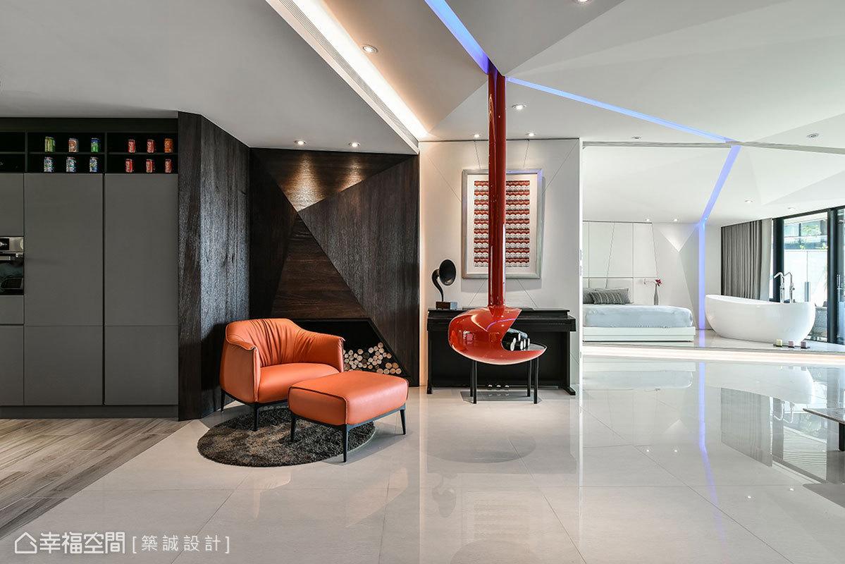 木紋立面運用斜線和溝縫,創造出立體金字塔視覺;紅色暖爐從天而降帶來科技感,偕同橘色皮革單椅呈現出跳色手法。