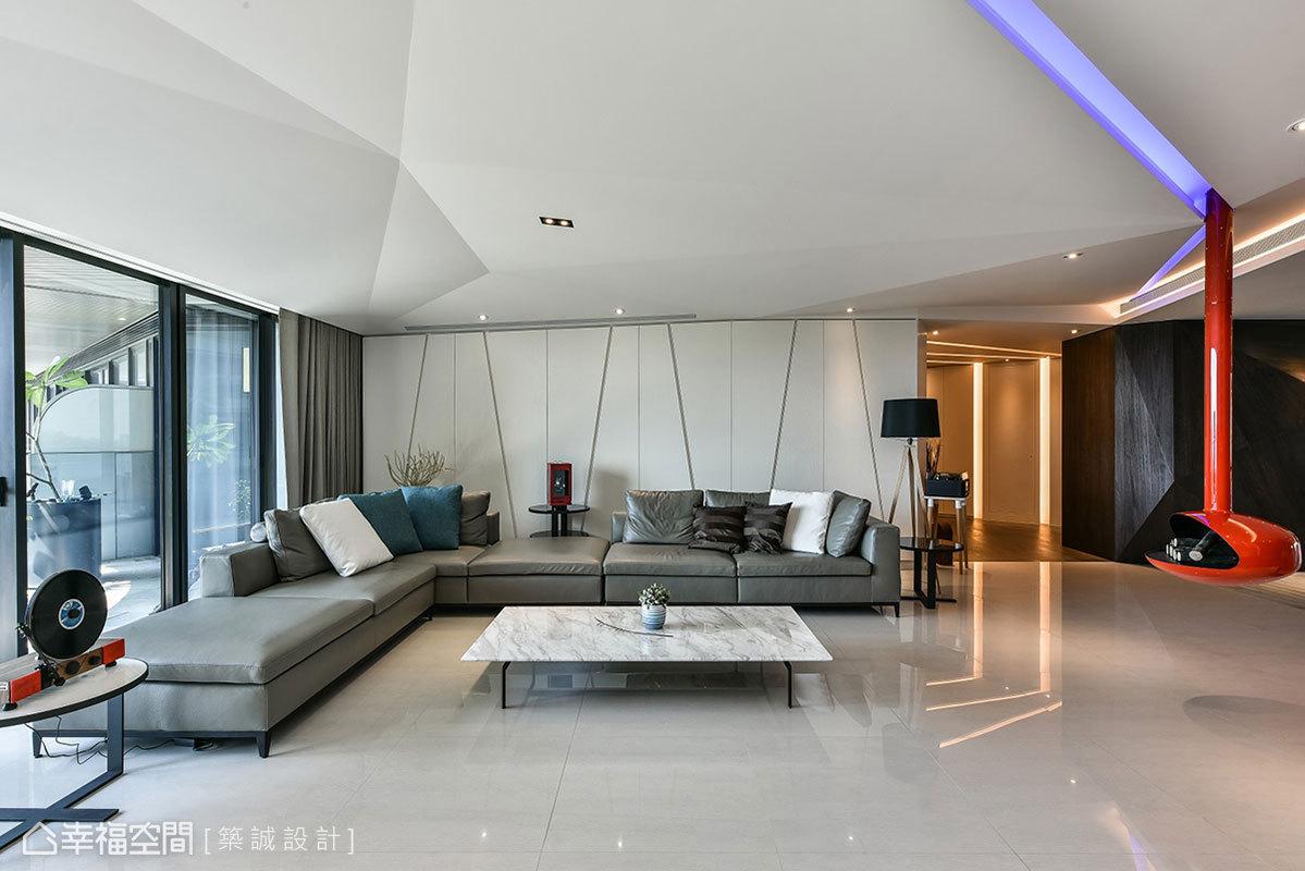 天花板運用摺線設計呈現出科技感,一道道稜角分明的線條展現雕塑之美;沙發背牆利用打斜和直線增加層次感,裡頭隱藏有黑膠唱片櫃和書櫃。