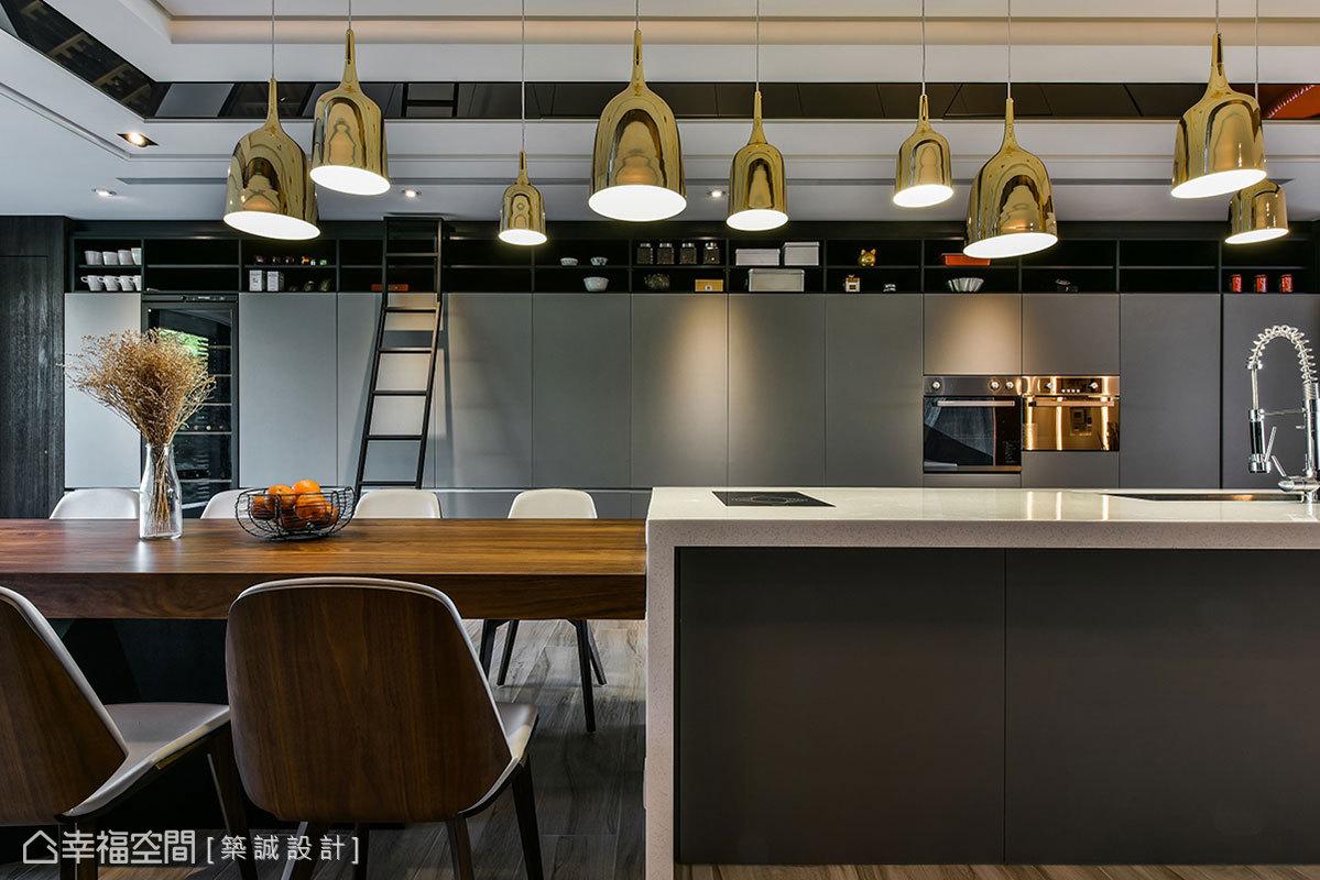 天花板邊緣貼上茶鏡搭配斜角設計,隨著視角不同折射出豐富景致;一盞盞大小造型不同的金屬吊燈,前後排序相互輝映帶來紛呈異彩。