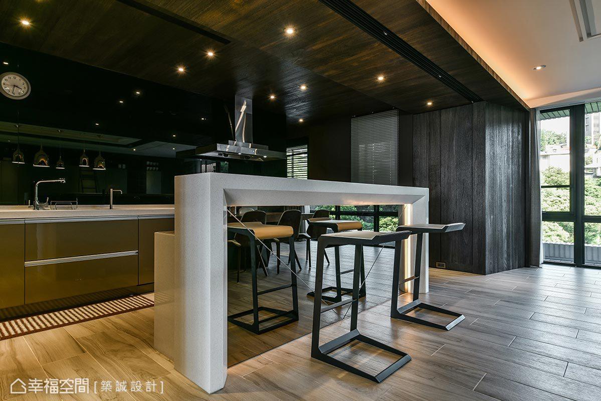 將玻璃拉門完全收整,深色調廚房映入眼簾;規劃淺色高腳吧檯桌作為備餐工作檯,同時化解開門見爐灶的風水問題。