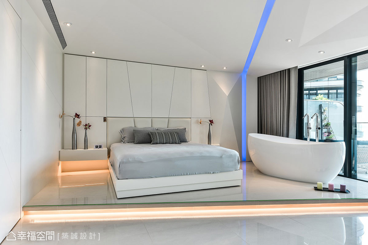 主臥採架高地板設計,下方設置隱藏燈帶,以彈性隔間方式,無形中界定生活機能。