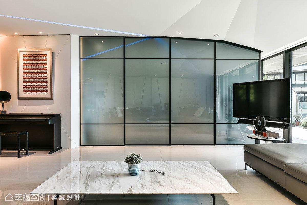 築誠設計為保留主臥隱密性,特別裝設鐵件玻璃拉門做隔間,讓私領域和客廳有明確界定。