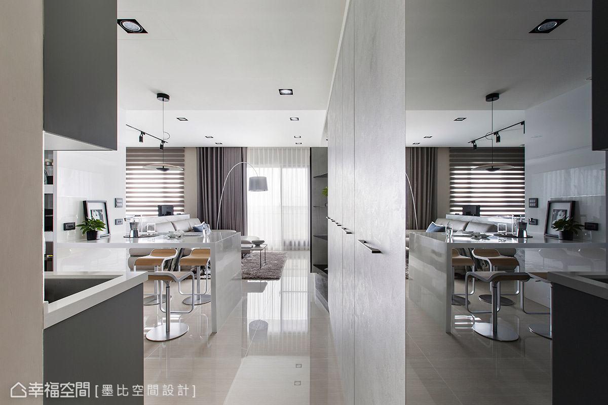 墨比空間設計於靠近玄關處的使用區域設置立面系統櫃,不浪費任何可利用空間。