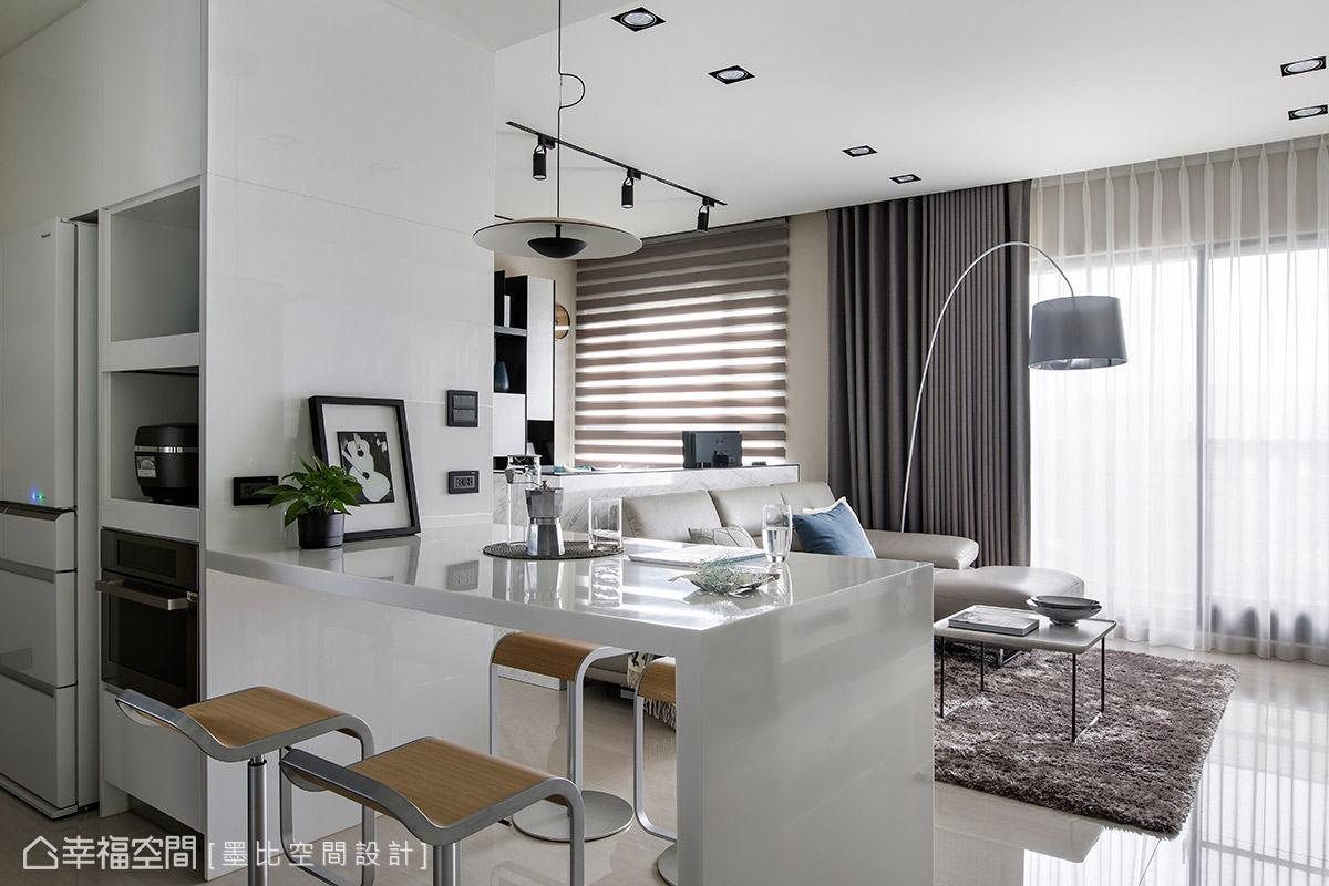 落地窗映照出獨特光影,成為形塑家中的風格氛圍的重點及放大場域的效果。