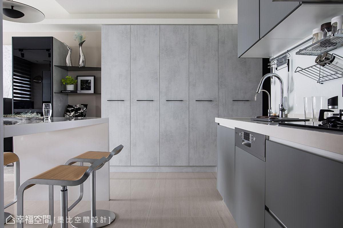 一字型廚房結合中島設計,創造豐富機能性的使用空間,以滿足接待朋友的需求。