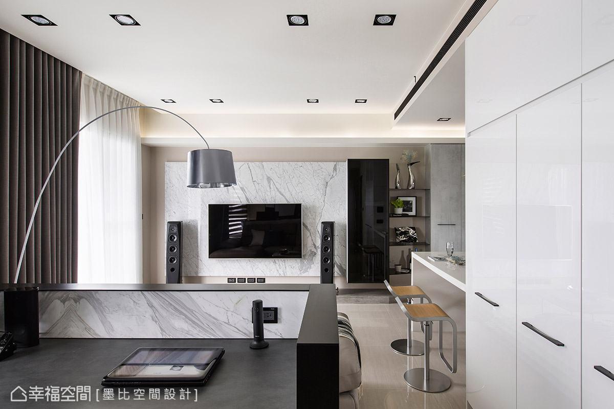 灰色中性色調的公領域,串連客廳、餐廚區、辦公區,形成開放舒適的現代美學住宅。