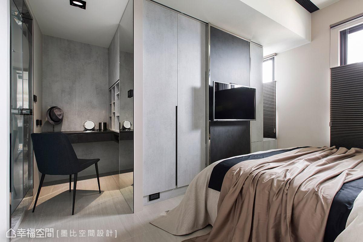 考量臥室面積有限,梳妝區採半開放式設計避免空間壓迫感,電視也以壁掛方式掛於衣櫃門片上,有效節省置物的空間。