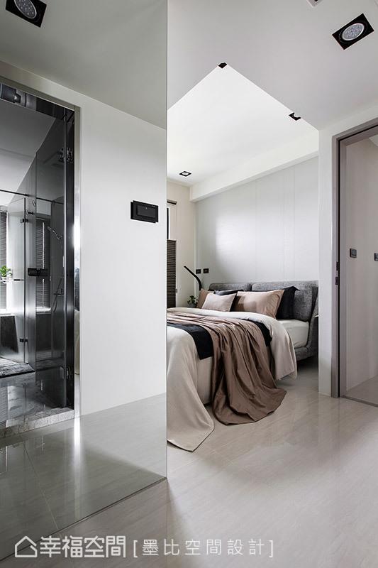 得宜的米白、淺灰色調運用,與大面積採光營造出低彩度卻明亮的層次效果。