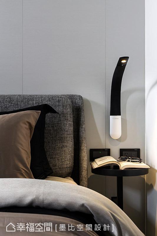 床邊桌的功用能隨意放置鬧鐘、擺飾、眼鏡等生活物品,妥善利用畸零空間。