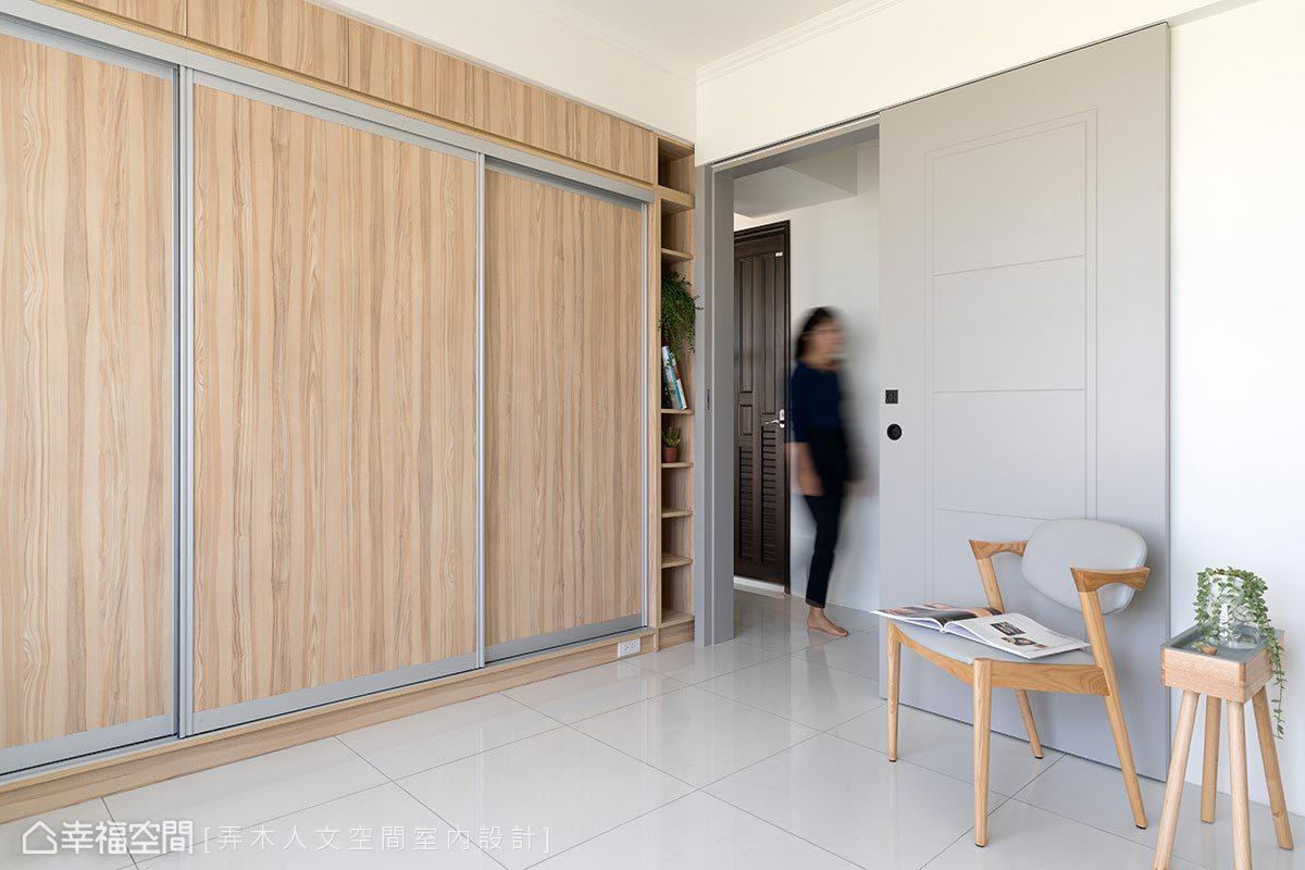 挑高至頂的衣櫃,為屋主打造大空間的儲衣機能,莊舒云設計師並善用空間於側邊作展示儲物櫃。