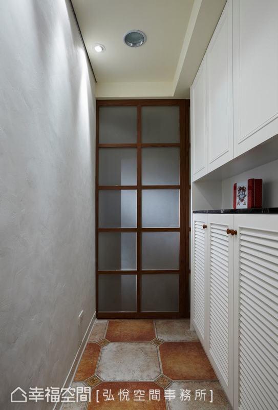 以復古地磚引出鄉村風情,玄關以半透明拉門解決直面客廳的風水問題,同時框出獨立的空間範圍。