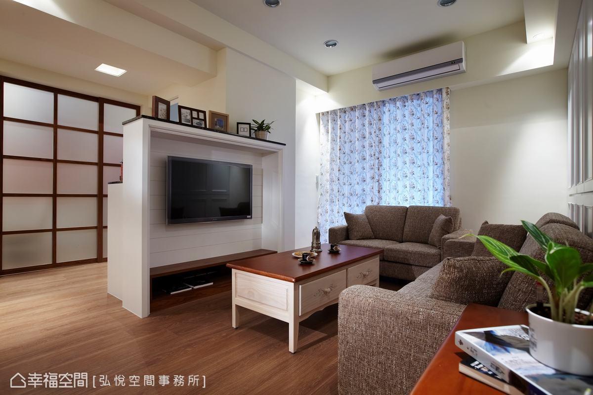 林昱村設計師以矮電視櫃取代傳統實牆,增加整體視覺的寬敞;電視牆後則配置電器櫃,補足廚房收納的不足。