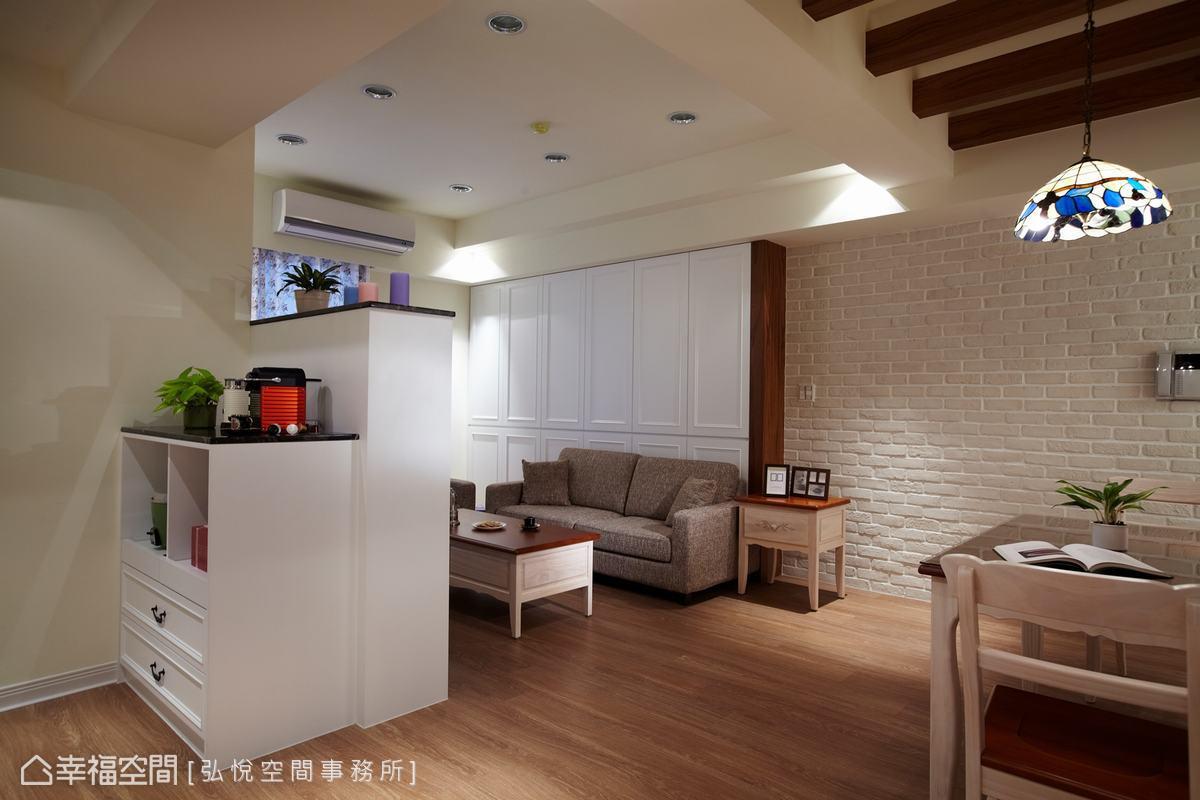 沙發後方設置落地收納櫃,解決客廳壓樑的風水問題,並以白色線板加入木作,巧思融合美式與鄉村情調。